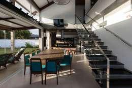 Casa Rio das Contas: Salas de jantar modernas por 151 office Arquitetura LTDA