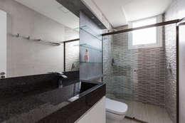 Baños de estilo  por 151 office Arquitetura LTDA