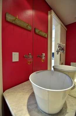 Baños de estilo ecléctico por Daisy Dias | Interiores Criativos