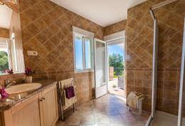 Baños de estilo mediterraneo por Home & Haus   Home Staging & Fotografía
