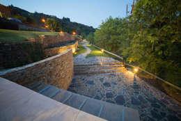 Acesso inferior à Casa do Rio: Jardins rústicos por APROplan