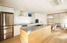 Cocinas de estilo escandinavo por 福田康紀建築計画