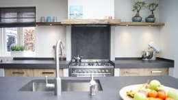 Cocinas de estilo rural por Langens & Langens BV
