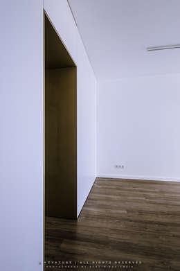 Sala de estar: Salas de estar modernas por NOVACOBE - Construção e Reabilitação, Lda.