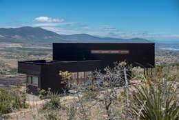 vista lateral, fachada nor oriente: Casas de estilo rústico por Thomas Löwenstein arquitecto