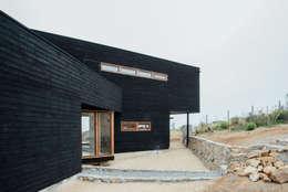 exterior acceso: Casas de estilo rústico por Thomas Löwenstein arquitecto