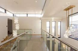 Corridor & hallway by Flaneur Architects