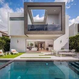 Casa cúbica con diseño minimalista:  de estilo  por Conspal Eficasa