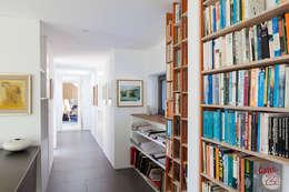 moderner Flur, Diele & Treppenhaus von Designscape Architects Ltd