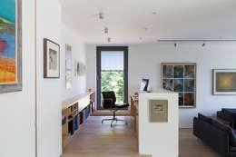 Estudios y oficinas de estilo moderno por Designscape Architects Ltd