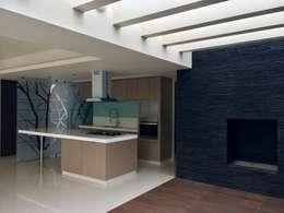 Casa Lomas Verdes: Cocinas de estilo moderno por simon&diseño
