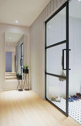 Pasillos y recibidores de estilo  por 위드디자인
