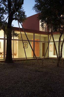 合院之家夜間:  房子 by 哈塔阿沃建築設計事務所 hataarvo architects