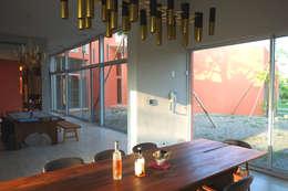 合院之家:  餐廳 by 哈塔阿沃建築設計事務所 hataarvo architects