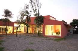 合院之家:  房子 by 哈塔阿沃建築設計事務所 hataarvo architects