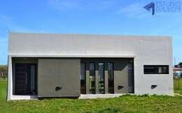 FACHADA FRENTE: Casas de estilo moderno por Estudio Pauloni Arquitectura