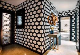 Moradia no Monte-Estoril: Corredores e halls de entrada  por FEMMA Interior Design