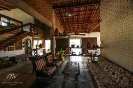 Salas / recibidores de estilo colonial por Mariana Chalhoub