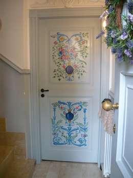 Corredores, halls e escadas clássicos por Francesca Maria surace