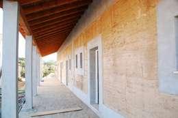 parede exterior em taipa tradicional: Habitações  por Arq2T. Atelier