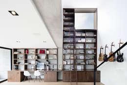 Casa 3:2: Salas multimedia de estilo minimalista por Método Arquitectos