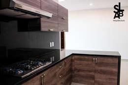 Cocinas de estilo moderno por Slab Arquitectos