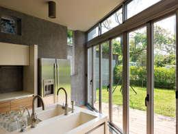 Cocinas de estilo moderno por 前置建築 Preposition Architecture