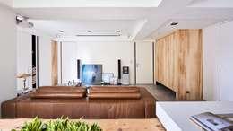 小.曲折|Anti-Sinuous:  客廳 by 理絲室內設計有限公司 Ris Interior Design Co., Ltd.
