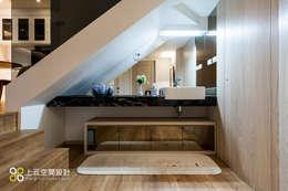 Baños de estilo moderno por 上云空間設計