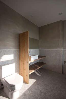 九份M宅:  浴室 by 築里館空間設計