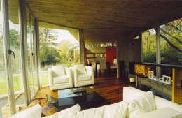 CASA  en C.U.B.A.: Livings de estilo moderno por MZM   Maletti Zanel Maletti arquitectos