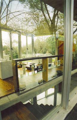 CASA  en C.U.B.A.: Pasillos y recibidores de estilo  por MZM   Maletti Zanel Maletti arquitectos