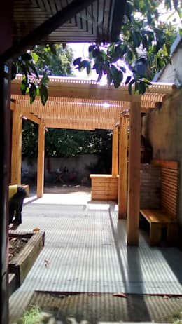 TERRAZA Y QUINCHO vista hacia el jardin: Terrazas  de estilo  por CREARCO