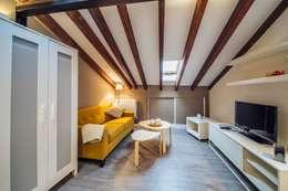 Reforma de un salón abuhardillado en Madrid Centro.: Salones de estilo moderno de Arkin