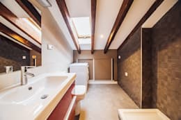 Reforma de un baño abuhardillado en Madrid Centro.: Baños de estilo moderno de Arkin