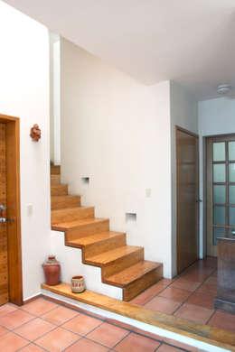 Casa Soto: Pasillos y recibidores de estilo  por Bojorquez Arquitectos SA de CV