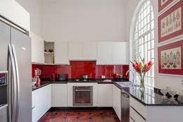 Cucina in stile in stile Moderno di Jean de Just design de interiores