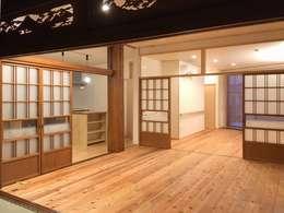 引戸で仕切られたリビング: 木の家設計室 アトリエ椿が手掛けたリビングです。