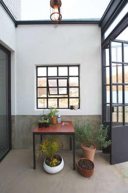 Trace House : 미우가 디자인 스튜디오의  베란다