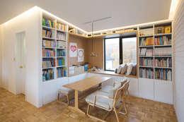 Trace House : 미우가 디자인 스튜디오의  거실