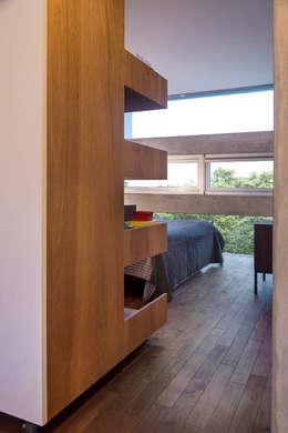 何宅 House H:  臥室 by  何侯設計   Ho + Hou Studio Architects