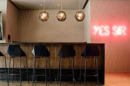 Proyecto FC: Salas multimedia de estilo moderno por TocoMadera