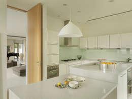 modern Kitchen by  何侯設計   Ho + Hou Studio Architects