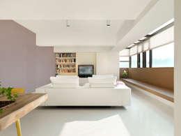 王宅  Wang Residence:  客廳 by  何侯設計   Ho + Hou Studio Architects