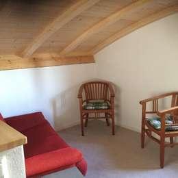 Tagsüber zum Niedersetzen schön.: moderne Schlafzimmer von ARKUS International AG