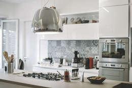 Ristrutturazione completa appartamento a Roma : Cucina in stile in stile Moderno di piano a