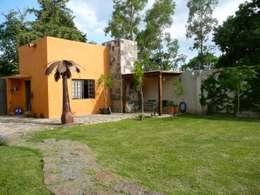 Casa de campo en Villas de Galindo: Jardines de estilo rústico por Alberto M. Saavedra