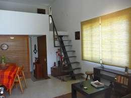 Casa de campo en Villas de Galindo: Pasillos y recibidores de estilo  por Alberto M. Saavedra