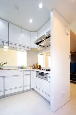 キッチン: 株式会社青空設計が手掛けたオフィススペース&店です。