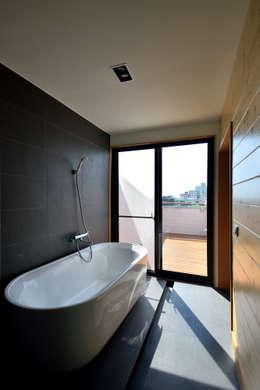 宜蘭厝烏石港計畫 木造多孔隙家屋:  浴室 by 原典建築師事務所